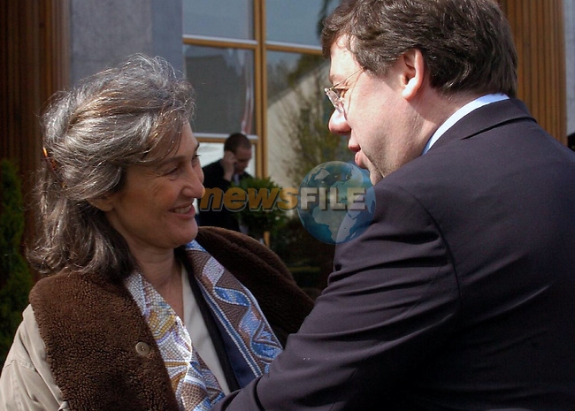 Irish Foreign minister Brian Cowen ,current chairman of the Council (R) chats with his portuguese contrepart Teresa Goiuveia (L) prior the Informal Foreign minister Council in Tullamore (Ireland) 16 april 2004. AFP PHOTO FRAN CAFFREY/NEWSFILES