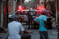 SAO PAULO, SP 04/12/2012, CIDADES POLICIA - Manifestantes incendiaram 3 ônibus na zona norte da capital paulista na tarde desta terça feira 04. na foto policiais realizam abordagens na rua claudio santoro no bairro city jaragua, na zona norte de são paulo.FOTO VAGNER CAMPOS BRAZIL PHOTO PRESS