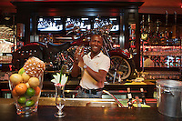 Europe/France/Provence-Alpes-Côte d'Azur/06/Alpes-Maritimes/Antibes/Juan-les-Pins: Eagle's Café le barman prépare un cocktail [Non destiné à un usage publicitaire - Not intended for an advertising use]