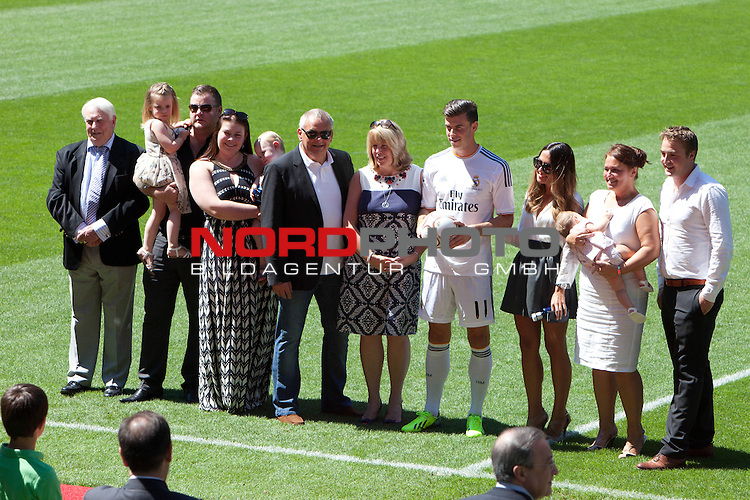 Gareth Bale and his family during his official presentation as new player of Real Madrid football club in Santiago bernabeu Stadium in Madrid, Spain.. September 02, 2013. Foto © nph / Caro Marin)
