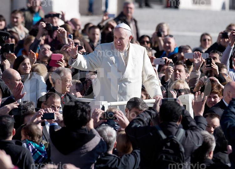 Rom, Vatikan  05.03.2014 Papst Franziskus I. bei der woechentlichen Generalaudienz im Papamobil in mitten von hunderten von Glaeubigen auf dem Petersplatz