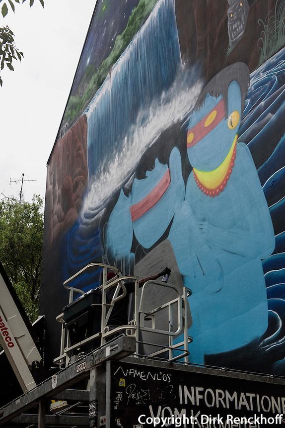 Der brasilianische K&uuml;nstler Cranio malt ein Wandbild in der Marktstra&szlig;e im Karolinenviertel, Hamburg - St.Pauli, Deutschland<br /> The Brasilian artist Cranio paints a mural in the Marktstra&szlig;e in Karolinenviertel, Hamburg - St.Pauli, Germany