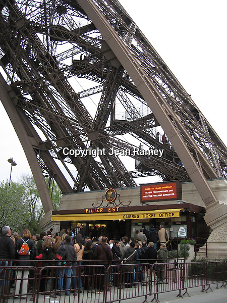 Queue for the Eiffel Tower