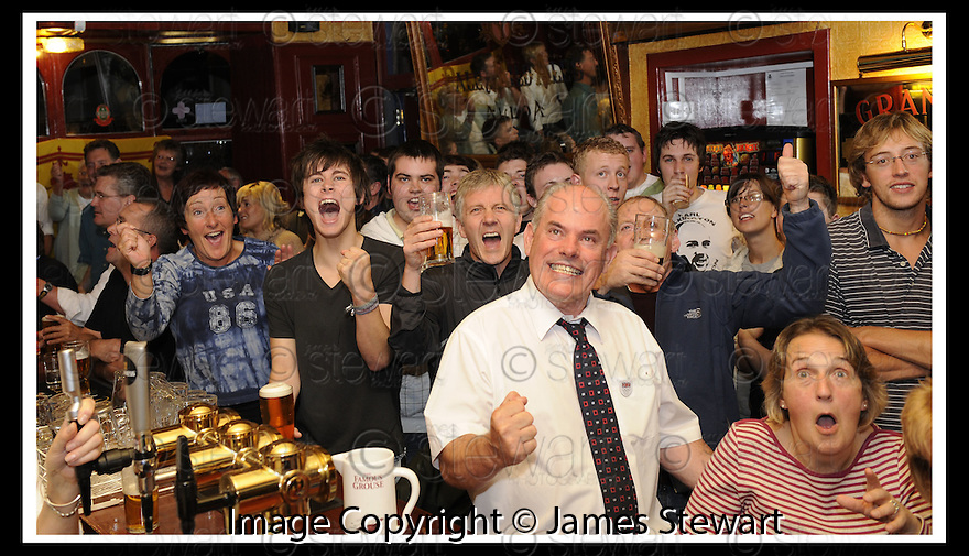 09/09/2008  Copyright Pic: James Stewart.File Name : sct_jspa08_murray_dunblane.ANDY MURRAY FANS WATCH THE FINAL OF THE US OPEN AT THE DUNBLANE HOTEL...James Stewart Photo Agency 19 Carronlea Drive, Falkirk. FK2 8DN      Vat Reg No. 607 6932 25.James Stewart Photo Agency 19 Carronlea Drive, Falkirk. FK2 8DN      Vat Reg No. 607 6932 25.Studio      : +44 (0)1324 611191 .Mobile      : +44 (0)7721 416997.E-mail  :  jim@jspa.co.uk.If you require further information then contact Jim Stewart on any of the numbers above........