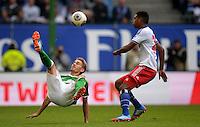 FUSSBALL   1. BUNDESLIGA   SAISON 2013/2014   6. SPIELTAG Hamburger SV - SV Werder Bremen                       21.09.2013 Nils Petersen (li, SV Werder Bremen) gegen Joanthan Tah (re, Hamburger SV)