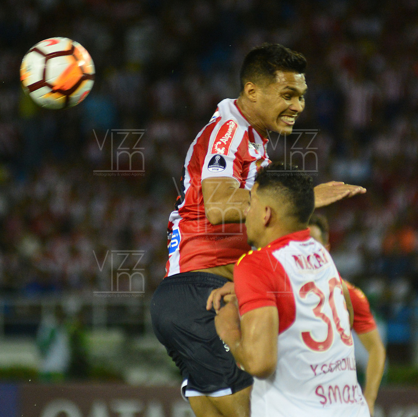 BARRANQUIILLA - COLOMBIA, 29-11-2018:Teofilo Gutierrez  (Izq.) de Junior disputa el balón con Yeison Gordillo (Der.) del Santa Fe durante el encuentro entre Atlético Junior de Colombia e Independiente Santa Fe de Colombia por la semifinal, vuelta, de la Copa CONMEBOL Sudamericana 2018 jugado en el estadio Roberto Meléndez de la ciudad de Barranquilla. / Teofilo Gutierrez (L) of Junior struggles for the ball with Yeison Gordillo  (R) of Santa Fe during a semifinal second leg match between Atletico Junior of Colombia and Independiente Santa Fe of Colombia as a part of Copa CONMEBOL Sudamericana 2018 played at Roberto Melendez stadium in Barranquilla city Atletico Junior de Colombia e Independiente Santa Fe de Colombia en partido por la semifinal, vuelta, de la Copa CONMEBOL Sudamericana 2018 jugado en el estadio Roberto Meléndez de la ciudad de Barranquilla. / Atletico Junior of Colombia and Independiente Santa Fe of Colombia in Semifinal second leg match as a part of Copa CONMEBOL Sudamericana 2018 played at Roberto Melendez stadium in Barranquilla city.  Photo: VizzorImage/ Alfonso Cervantes / Cont