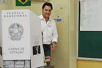 ATENÇÃO EDITOR: FOTO EMBARGADA PARA VEÍCULOS INTERNACIONAIS. CURITIBA, PR, 07 DE OUTUBRO DE 2012 – RATINHO JR.  – O candidato a Prefeitura de Curitiba, Ratinho Jr., pela coligação Curitiba Criativa (PSC, PCdoB, PR e PTdoB), e líder nas pesquisas eleitoral, durante votação na manhã de domingo na Escola localizada no bairro Santa Cândida, em Curitiba. (FOTO: ROBERTO DZIURA JR./ BRAZIL PHOTO PRESS)