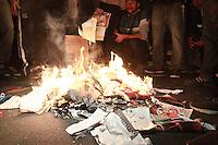 SÃO PAULO, SP - 23.08.2013: MANIFESTAÇÃO CONTRA A VEJA - Manifestantes queimar alguns exemplares da resvista Veja, a manifestação que teve inicio no Largo da Batata Zona Oeste de São Paulo nesta sexta feira (23). (Foto: Marcelo Brammer/Brazil Photo Press)
