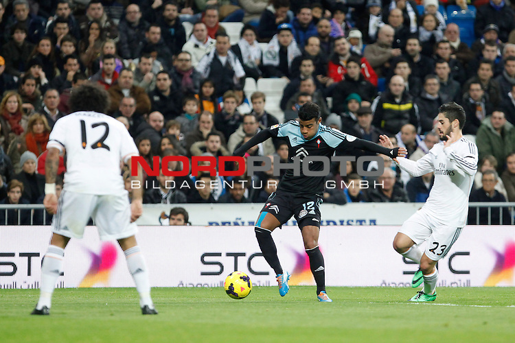 Real Madrid¬¥s Isco (R) and Celta de Vigo¬¥s Rafinha (C) during La Liga match in Santiago Bernabeu stadium in Madrid, Spain. January 06, 2014. Foto © nph / Victor Blanco)