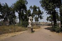 Roma, Luglio 2006. Il Palatino in completo stato di abbandono e degrado,beni culturali,sito storico,monumento,arte, architettura