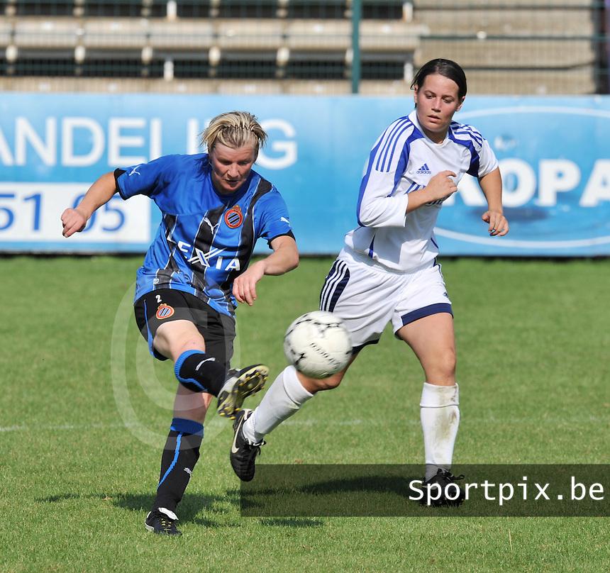 Club Brugge Dames : Isabelle Plaisier aan de bal voor Lisa Grymonprez van Rassing Harelbeke .Foto DAVID CATRY / Vrouwenteam.be