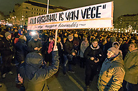 "UNGARN, 12.12.2018, Budapest V. Bezirk. Demonstration der Gewerkschaften und der Opposition gegen das von der Fidesz-Regierung beschlossene ""Sklavengesetz"", das die Zahl der moeglichen Ueberstunden massiv erhoeht und ihre Abrechnung erschwert: Auf dem Kossúth-Platz vor dem Parlament zitieren Demonstranten eine vulgaere ""alte Volksweisheit"", wonach ""auch der Pferde-Schwanz ein Ende hat"". Das Pferdeglied steht aber auch fuer Idiotie und Unsinn. 