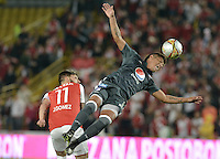 BOGOTÁ -COLOMBIA, 07-02-2016. Jonathan Gomez (Izq.) jugador de Santa Fe disputa el balón con Rafael Carrascal (Der.) jugador de Millonarios durante partido entre Independiente Santa Fe y Millonarios por la fecha 3 de la Liga Aguila I 2016  jugado en el estadio Nemesio Camacho El Campin de la ciudad de Bogota. / Jonathan Gomez (L) player of Santa Fe struggles for the ball with Rafael Carrascal (R) player of Millonarios during a match between Independiente Santa Fe and Cucuta Deportivo for the date 3 of the Liga Aguila I 2016 played at the Nemesio Camacho El Campin Stadium in Bogota city. Photo: VizzorImage/ Gabriel Aponte / Staff