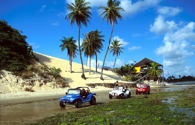 Bresil, Ceara. Les buggies sur la plage de Genipabu *** The buggies on Genipabu beach, Ceara, Brazil.