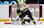 Stockholm 2014-09-11 Ishockey Hockeyallsvenskan AIK - S&ouml;dert&auml;lje SK :  <br /> S&ouml;dert&auml;ljes m&aring;lvakt Tim Sandberg r&auml;ddar en straff av AIK:s Michael Nylander i straffl&auml;ggningen efter f&ouml;rl&auml;ngning<br /> (Foto: Kenta J&ouml;nsson) Nyckelord:  AIK Gnaget Hockeyallsvenskan Allsvenskan Hovet Johanneshovs Isstadion S&ouml;dert&auml;lje SK SSK