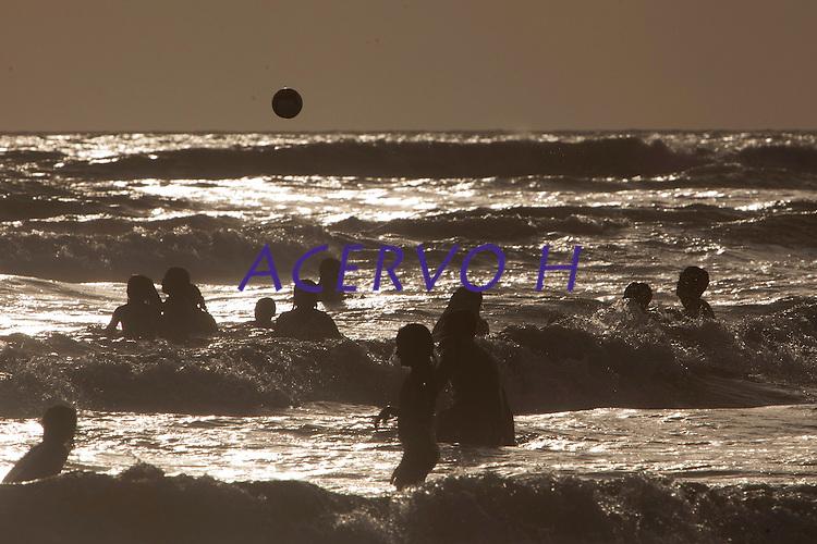 Salinas Praias<br /> <br /> Ver&atilde;o na Amaz&ocirc;nia.<br /> <br /> Milhares de veranistas  de  cidades como Bel&eacute;m, Marab&aacute; e Tucuru&iacute;, entre outras,  buscam o  ver&atilde;o  nas praias de Salin&oacute;polis  nordeste do estado. <br /> Com uma popula&ccedil;&atilde;o de 40.000 habitantes a cidade de Salin&oacute;polis recebeu este m&ecirc;s cerca de 280.000 visitantes <br /> De acordo com a seguran&ccedil;a p&uacute;blica cerca de 400 homens da PM, bombeiros, Pol&iacute;cia civil  e Detran trabalham no atendimento de veranistas.<br /> Salin&oacute;polis, Par&aacute;, Brasil.<br /> Foto Paulo Santos/<br /> 27/07/2014