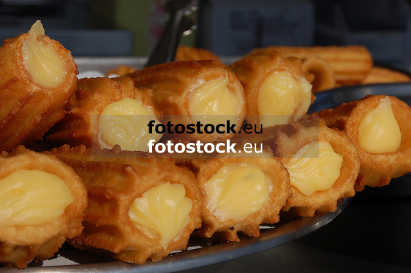 churros filled with pudding<br /> <br /> churros rellenos de crema<br /> <br /> Churros mit Puddingf&uuml;llung<br /> <br /> 3008 x 2000 px<br /> 150 dpi: 50,94 x 33,87 cm<br /> 300 dpi: 25,47 x 16,93 cm