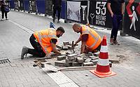 Nederland - Amsterdam -  2020.   Stratenmakers aan het werk.    Foto mag niet in negatieve / schadelijke context worden gepubliceerd.  .Foto : ANP/ Hollandse Hoogte / Berlinda van Dam