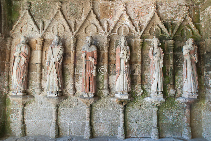 France, Côtes-d'Armor (22), Plouha, hameau de Kermaria, chapelle de Kermaria-an-Iskuit, statues des apôtres sous le porche // France, Cotes-d'Armor, Plouha, hamlet of Kermaria, chapelle of Kermaria-an-Iskuit,Statues of the apotres under the hall