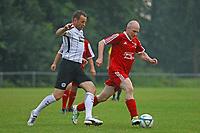 Büttelborn 25.08.2017: SKV Old Boys vs. Eintracht Frankfurt Traditionsmannschaft<br /> Manfred Binz (Eintracht Frankfurt Traditionsmannschaft) bekommt den Ball abgenommen<br /> Foto: Vollformat/Marc Schüler, Schäfergasse 5, 65428 R'heim, Fon 0151/11654988, Bankverbindung KSKGG BLZ. 50852553 , KTO. 16003352. Alle Honorare zzgl. 7% MwSt.
