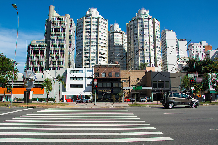 Forma geométrica na arquitetura de edifícios da cidade, São Paulo - SP, 07/2016.