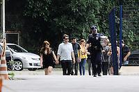 SANTOS, SP, 07 MARÇO 2013 - VELÓRIO CANTOR CHORÃO - O Filho de Chorao chega velorio do vocalista Alexandre Magno Abrão, o Chorão, da banda Charlie Brown Jr., é velado no ginásio esportivo Arena Santos, nesta quinta-feira, 07, na Baixada Santista. Chorão foi encontrado morto na manhã de hoje, em seu apartamento, em São Paulo. (FOTO: ADRIANO LIMA / BRAZIL PHOTO PRESS).