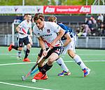AMSTELVEEN  -  Boris Burkhardt (Adam) met Marcus Child (Pinoke)  Hoofdklasse hockey dames ,competitie, heren, Amsterdam-Pinoke (3-2)  . COPYRIGHT KOEN SUYK