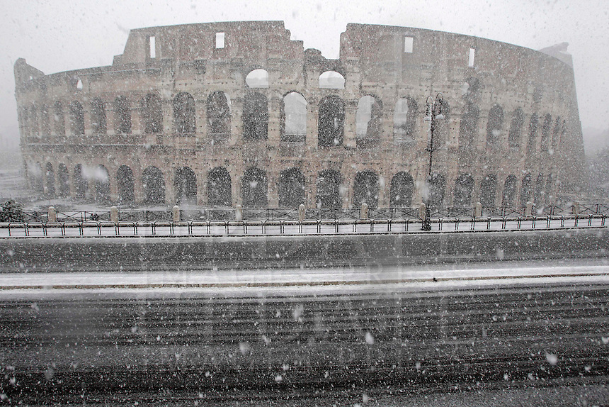 Una veduta del Colosseo, durante una nevicata a Roma, 11 febbraio 2012..A detail of the Colosseum during a snowfall in Rome, 11 february 2012..UPDATE IMAGES PRESS/Riccardo De Luca