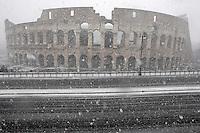 Una veduta del Colosseo, durante una nevicata a Roma, 11 febbraio 2012..A detail of the Colosseum during a snowfall in Rome, 11 february 2012..UPDATE IMAGES PRESS/Riccardo De Luca