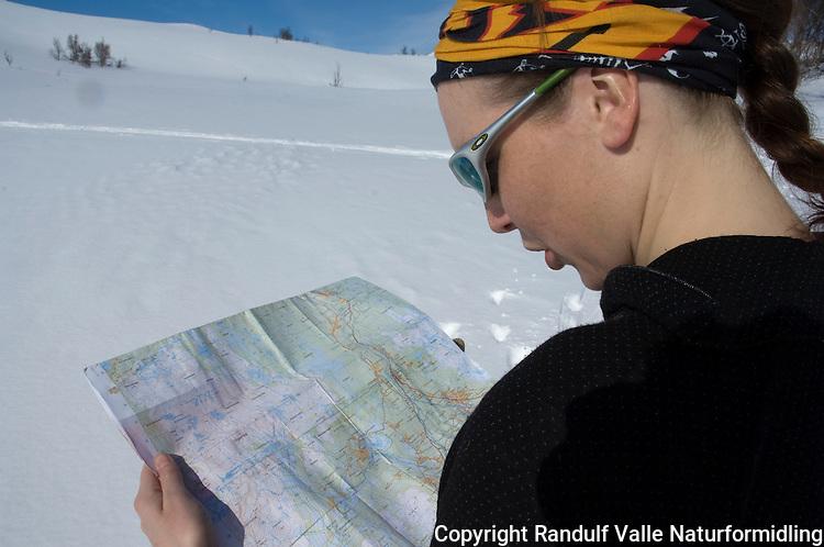 Jente med Buff og solbriller ser på kart en flott påskedag ---- Girl with sun glasses reads a map a bright day