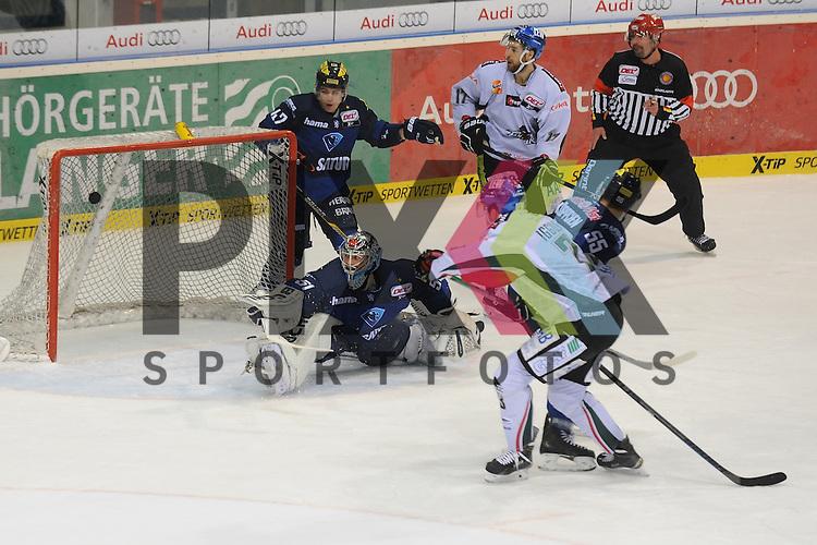 ERC Ingolstadt - Augsburger Panther<br /> Augsburgs Mike Iggulden (Nr.73) erzielt hier das 0:2 und ueberwindet Ingolstadts Timo Pielmeier (Nr.51)  beim Spiel in der DEL, ERC Ingolstadt - Augsburger Panther.<br /> <br /> Foto &copy; PIX-Sportfotos *** Foto ist honorarpflichtig! *** Auf Anfrage in hoeherer Qualitaet/Aufloesung. Belegexemplar erbeten. Veroeffentlichung ausschliesslich fuer journalistisch-publizistische Zwecke. For editorial use only.
