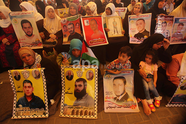 Palestinians take part in a protest demanding release the prisoners in Israeli jails, in front of Red cross office, in Gaza city, on May 4, 2015. Photo by Ashraf Amra