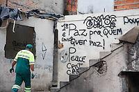 SÃO PAULO, 12 DE JANEIRO DE 2012 - CRACOLANDIA - RETIRADA DE LIXO - Funcionários da prefeitura trabalham na limpeza das casas que serviam de abrigo para usuários de crack na região central de São Paulo na tarde desta quinta-feira (12). (FOTOS: AMAURI NEHN/NEWS FREE)