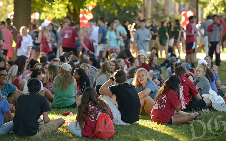 NWA Democrat-Gazette/BEN GOFF @NWABENGOFF<br /> Freshmen students picnic and mingle on Sunday Aug. 21, 2016 during the New Student Welcome and Burger Bash event on Old Main Lawn on the University of Arkansas campus in Fayetteville.