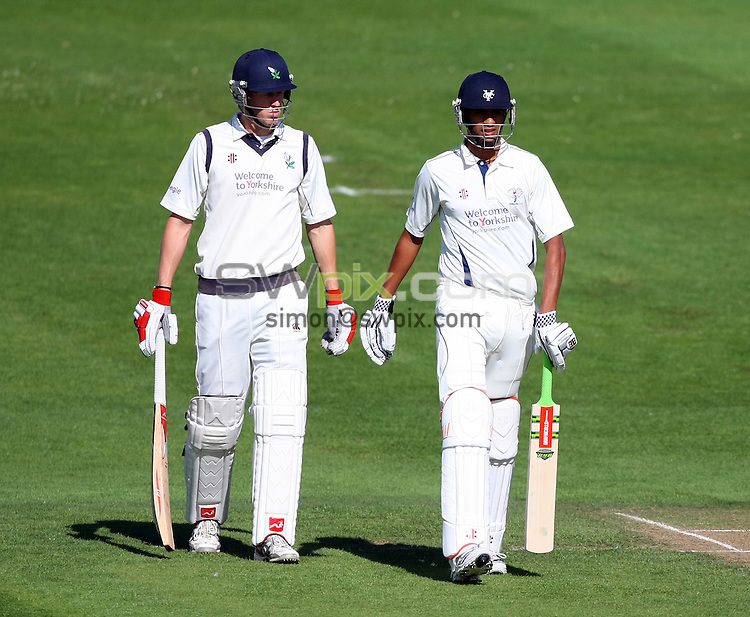 PICTURE BY VAUGHN RIDLEY/SWPIX.COM - Cricket - County Championship - Yorkshire v Kent, Day 2 - Headingley, Leeds, England - 14/09/10...Copyright - Simon Wilkinson - 07811267706...Yorkshire's Steve Patterson and Moin Ashraf.
