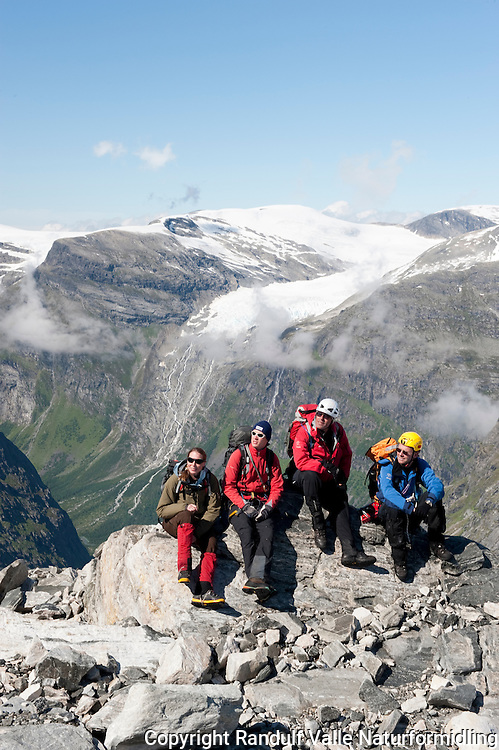 Brevandrere har nådd toppen av Bødalsbreen. Skålbreen langt i bakgrunnen. -----Team  on the top of the glacier bødalsbreen.