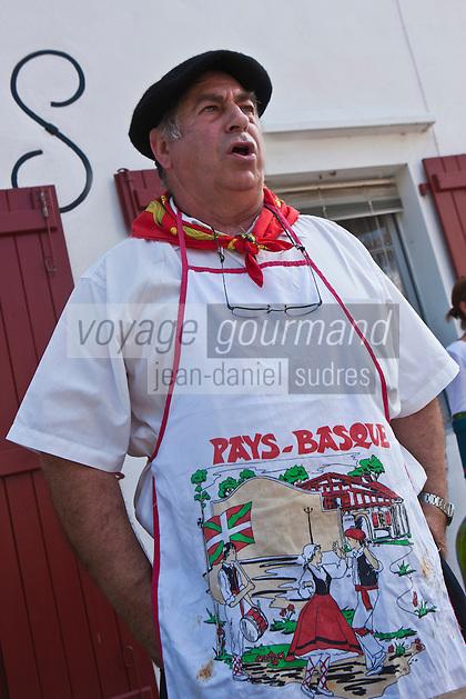 Europe/France/Aquitaine/64/Pyrénées-Atlantiques/Pays-Basque/Espelette: Lors du concours d'omelette au piment les cuisiniers entonnent des chants basques