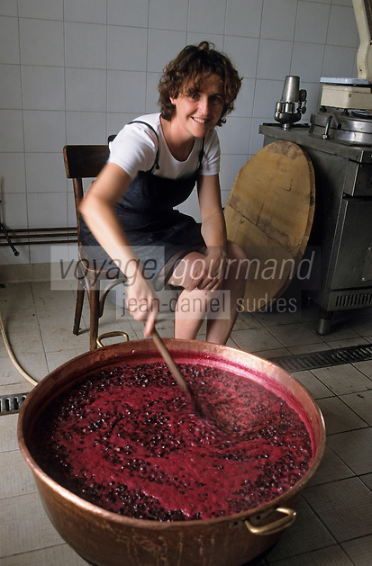 "Europe/France/Aquitaine/64/Pyrénées-Atlantiques/Itxassou : Mirentxu Elissalde cuit au chaudron sa confiture de cerises ""Ardi Gasna"" [Non destiné à un usage publicitaire - Not intended for an advertising use]"