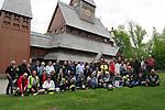 """Foto: VidiPhoto<br /> <br /> HAHNENKLEE – Inwoners van het Duitse dorp Hahnenklee keken op Hemelvaartsdag hun ogen uit toen een tachtigtal Nederlandse motorrijders 'hun' beroemde (Noorse) Gustav Adolf-staafkerk in bezit namen. De bikers van de christelijke motorrijders vereniging (CMV) """"Op Weg"""" zijn dezer dagen in het bergachtige gebied Harz op vakantie en zijn gewend op Hemelvaartsdag naar de kerk te gaan. Dat deden ze donderdag in het dorpje Hahnenklee. Ze belegden daar een eigen dienst. Staafkerken dateren uit de tijd van de kerstening en bevatten nog veel heidense symbolen als draken- en slangenkoppen. In een ranglijst van de 100 belangrijkste bouwwerken van Noord-Duitsland, staat de kerk op de 29e plaats. Met en rond Hemelvaart bezoeken tienduizenden met name Nederlandse motorrijders de Duitse bergen in de Eifel, Sauerland en de Harz. Traditioneel gebeuren er dan ook veel ongevallen met motorrijders."""