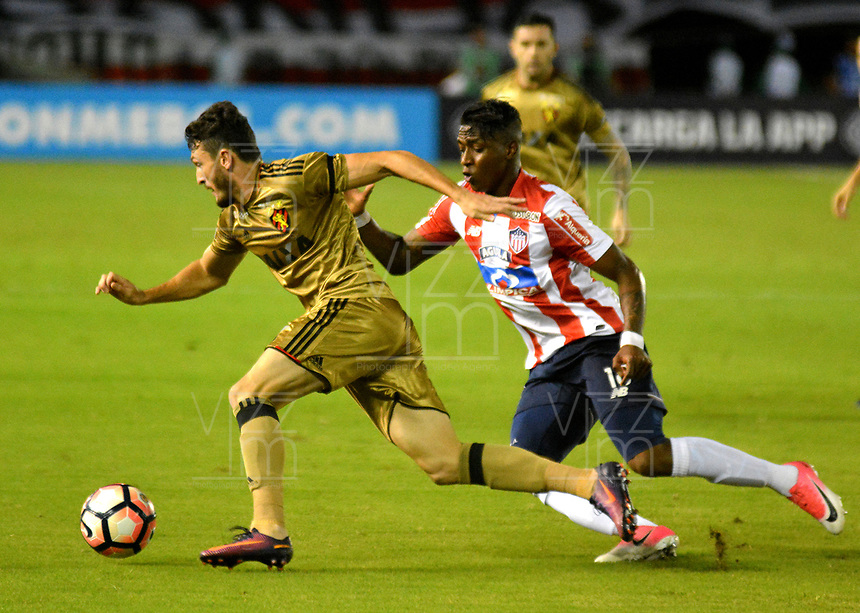 BARRANQUIILLA - COLOMBIA, 02-11-2017: Yony Gonzalez Copete (Der) del Atlético Junior de Colombia disputa el balón con Sander (Izq) jugador de Sport Recife de Brasil durante partido de vuelta por los cuartos de final, llave 3, de la Copa CONMEBOL Sudamericana 2017  jugado en el estadio Metropolitano Roberto Meléndez de la ciudad de Barranquilla. / Yony Gonzalez Copete (R) player of Atlético Junior of Colombia struggles the ball with Sander (L) player of Sport Recife of Brazil during second leg match for the final quarters, key 3, of the Copa CONMEBOL Sudamericana 2017played at Metropolitano Roberto Melendez stadium in Barranquilla city.  Photo: VizzorImage/ Alfonso Cervantes / Cont
