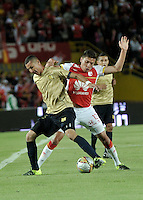 BOGOTA - COLOMBIA - 08-08-2015: Sebastian Salazar (Der.) jugador de Independiente Santa Fe disputa el balón con Juan Perez (Izq.) jugador de Aguilas Doradas, durante partido por la fecha 5 entre Independiente Santa Fe y Aguilas Doradas de la Liga Aguila II-2015, en el estadio Nemesio Camacho El Campin de la ciudad de Bogota. / Sebastian Salazar (R) player of Independiente Santa Fe struggles for the ball with Juan Perez (L) player of Aguilas Doradas, during a match of the 5 date between Independiente Santa Fe and Aguilas Doradas, for the Liga Aguila II -2015 at the Nemesio Camacho El Campin Stadium in Bogota city, Photo: VizzorImage / Luis Ramirez / Staff.