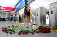BUENOS AIRES, ARGENTINA, 22 DE FEVEREIRO 2013 - MANIFESTACAO VITIMAS ACIDENTE TREM - Familiares das vitimas do acidente ferroviario realiza homenagem de um ano pós acidente na estação De Once na cidade de Buenos Aires capital da Argentina. FOTO: JUANI RONCORONI - BRAZIL PHOTO PRESS.