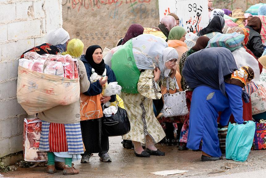 Donne marocchine, portatrici di merci, in fila per accedere ad El Biutz, varco merci illegale di Ceuta verso il Marocco. Ceuta, 8 febbraio 2010<br /> <br /> Moroccan women, goods bearers, standing in a queue waiting to cross El Biutz, Ceuta illegal goods border to Morocco. Ceuta, February 8, 2010