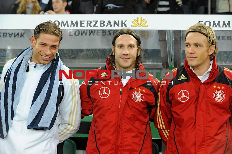 Fussball, L&auml;nderspiel, WM 2010 Qualifikation Gruppe 4 in M&ouml;nchengladbach ( Borussia Park ) <br />  Deutschland (GER) vs. Wales ( GB )<br /> <br /> Reservebank die Bremer Spieler Tim Wiese ( GER / Bremen #12)  Torsten Frings ( Ger /  Werder Bremen #08) Clemens Fritz ( Ger / Werder Bremen #2)<br /> <br /> <br /> Foto &copy; nph (  nordphoto  )