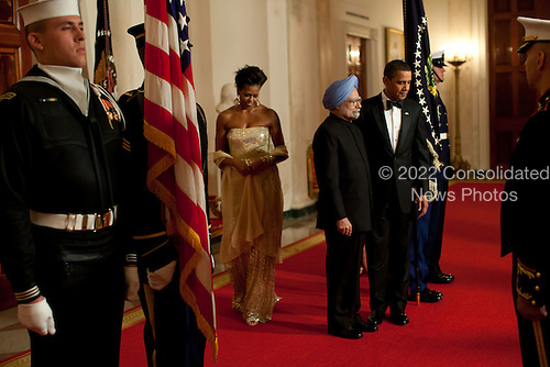 Washington, DC - November 24, 2009 -- United States President Barack Obama and First Lady Michelle Obama welcome  Prime Minister Manmohan Singh of India and his wife, Mrs Gursharan Kaur, for the State Dinner at the White House, November 24, 2009.  .Mandatory Credit: Pete Souza - White House via CNP