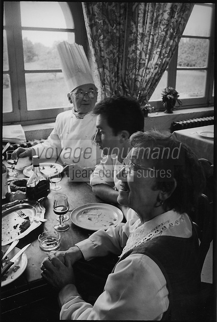 "Europe/France/Languedoc-Roussillon/11/Aude/La Bastide d'Anjou : Etienne Rousselot de ""L'Hostellerie Etienne"" à table en famille<br /> PHOTO D'ARCHIVES // ARCHIVAL IMAGES<br /> FRANCE 2000"