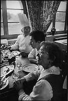 """Europe/France/Languedoc-Roussillon/11/Aude/La Bastide d'Anjou: Etienne Rousselot de """"L'Hostellerie Etienne"""" à table en famille<br /> PHOTO D'ARCHIVES // ARCHIVAL IMAGES<br /> FRANCE 2000"""