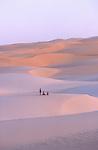 Méditation dans les dunes de l'Amatlich. Mauritanie. Afrique. Meditation in the dunes of the Amatlich. Mauritania. Africa.