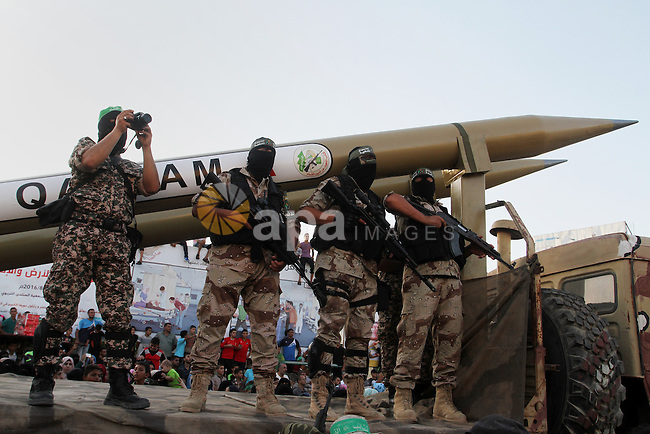 Palestinian members of al-Qassam Brigades, the armed wing of the Hamas movement, display home-made rockets during an anti-Israel military parade, in Rafah in the southern Gaza Strip August 21, 2016. Photo by Abed Rahim Khatib