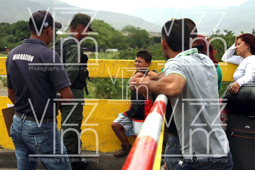 CUCUTA - COLOMBIA - 06 - 09 -2015: Cientos de ciudadanos colombianos marcharon en respaldo a los deportados por el gobierno venezolano, y exigieron el respeto por los derechos humanos de las familias deportadas. / Hundreds of Colombians marched in support of the deportees by the Venezuelan government, and demanded respect for the human rights of deported families. Photo: VizzorImage / Manuel Hernandez / Cont.